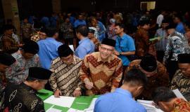 Penandatangan Pakta Integritas oleh seluruh pejabat yang dilantik pada acara pelantikan pejabat di lingkungan Kemkominfo di Jakarta (19/6).