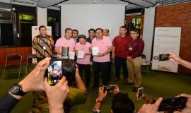 Pemberian buku saku IoT Indonesia kepada Narasumber pada kegiatan talkshow interaktif dengan tema Kesiapan Solusi IoT Lokal dan Program IoT Makers Creation 2019, Rabu (19/6).