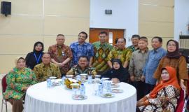 Sesditjen SDPPI Susanto bersama Dirut. Standardisasi PPI Hadiyana foto bersama dengan pejabat eselon II dan para purnabakti. (28/6)