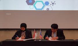 Ketua dari delegasi Indonesia dan Malaysia menandatangani kesepakatan pada kegiatan 7th Meeting of Special Task Force on Broadcasting and Mobile Services at Common Border Areas between The Republic of Indonesia and Malaysia (STF-7) di Bandung (16/7).