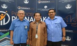 Dirjen SDPPI Ismail (kanan) dan Kasubag TU dan Rumah Tangga Balmon SFR Kelas I Makassar Wasding (kiri) foto bersama dengan Hidayat (tengah) Purnabhakti dari Balmon Spektrum Frekuensi Radio Kelas I Makassar. (31/7)
