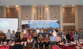 Direktur Standardisasi PPI Mochamad Hadiyana beserta jajarannya foto bersama para peserta sebagai bentuk dukungan pada acara Standardisasi TIK dalam Transformasi Digital bagi Pelayanan Publik di Depok (25/7).