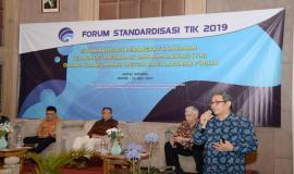 Bagus Manik Aji dari Badan Koordinasi dan Penanaman Modal (BKPM) memberikan paparan mengenai penggunaan sistem One Single Submission (OSS) pada acara Standardisasi TIK dalam Transformasi Digital bagi Pelayanan Publik (25/7).