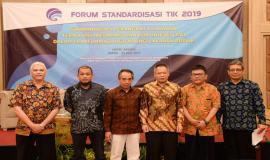 Direktur Standardisasi PPI Mochamad Hadiyana foto bersama dengan moderator dan narasumber sesi I pada acara Standardisasi TIK dalam Transformasi Digital bagi Pelayanan Publik (25/7).
