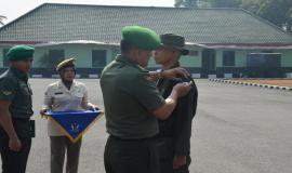 Penyematan emblem kepada salah satu peserta sekaligus menjadi tanda peresmian pembukaan kegiatan OJT Ditjen SDPPI 2019. (13/8)