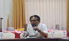 Kepala Seksi Pelayanan Amatir Radio dan Komunikasi Radio Antar Peduduk Budi Tjahjono memberikan paparannya pada rapat persiapan simulasi Dukungan Komunikasi Kebencanaan (27/8).