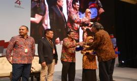 Ketua pengurus pusat Ikatan ALumni ITB Ridwan Djamaluddin memberikan plakat sebagai bentuk apresiasi kepada Dirjen SDPPI Ismail beserta pembicara lain dan moderator sesi pertama pada kegiatan Indonesianisme Summit 2019 di Jakarta (13/8).