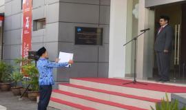 Pembacaan teks Pembukaan Undang-Undang Dasar 1945 pada upacara Peringatan Hari Ulang Tahun Ke-74 Republik Indonesia di halaman kantor Balai Monitor Spektrum Frekuensi Radio Kelas I Bandung, Jawa Barat, Sabtu (17/8).