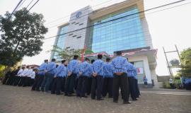Situasi saat berlangsungnya upacara Peringatan Hari Ulang Tahun Ke-74 Republik Indonesia di halaman kantor Balai Monitor Spektrum Frekuensi Radio Kelas I Bandung, Jawa Barat, Sabtu (17/8).