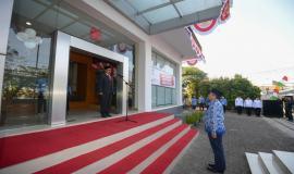 Laporan oleh pemimpin upacara kepada Inspektur Upacara pada upacara bendera peringatan Hari Ulang Tahun Ke-74 Republik Indonesia, di Bandung (17/8).