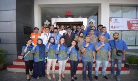 Dirjen SDPPI Ismail foto bersama peserta upacara Peringatan Hari Ulang Tahun Ke-74 Republik Indonesia di halaman kantor Balai Monitor Spektrum Frekuensi Radio Kelas I Bandung, Jawa Barat, Sabtu (17/8).