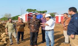 Dirjen SDPPI Ismail dan Inspektur Jenderal Kemkominfo Doddy Setiadi meninjau lokasi pembangunan gedung kantor Balai Monitor Kelas II Padang pada Jumat (23/8).