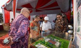 Dirjen SDPPI Ismail dan Inspektur Jenderal Kemkominfo Doddy Setiadi didampingi Sesditjen SDPPI R. Susanto melihat sitemap miniatur gedung kantor Balai Monitor Kelas II Padang pada Jumat (23/8).