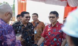 Dirjen SDPPI Ismail bersama Gubernur Sumatera Barat Irwan Prayitno pada kegiatan peletakan batu pertama pembangunan gedung kantor Balai Monitor Kelas II Padang pada Jumat (23/8).