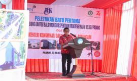 Gubernur Sumatera Barat Irwan Prayitno mengucapkan selamat datang kepada Menteri Komunikasi dan Informatika RI Rudiantara pada kegiatan peletakan batu pertama pembangunan gedung kantor Balai Monitor Kelas II Padang pada Jumat (23/8).