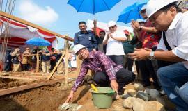 Peletakan batu sebagai simbolis dimulainya pembangunan gedung kantor baru Balai Monitor Kelas II Padang oleh Inspektur Jenderal Kemkominfo Doddy Setiadi pada Jumat (23/8) di Padang.