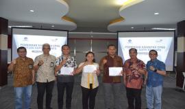 Sesditjen SDPPI R. Susanto (Nomer dua darisebelah kiri) melakukan foto bersama dengan perwakilan peserta On the Job Training (OJT) Ditjen SDPPI (30/8).