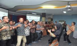 Peserta OJT Ditjen SDPPI menampilkan yel-yel pada acara penutupan kegiatan OJT Ditjen SDPPI (30/8).