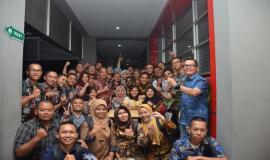 Sesditjen Susanto bersama Kabag Umum dan Kepegawaian Hasyim Fiater melakukan foto bersama dengan peserta On the Job Training (OJT) Ditjen SDPPI (30/8).