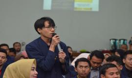 Salah satu peserta memberikan pertanyaan kepada narasumber pada kegiatan SDPPI Goes to Campus di Surabaya (5/9).