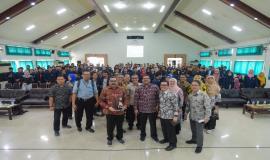 Dirjen SDPPI Ismail foto bersama para sivitas akademika Universitas Negeri Surabaya dan para mahasiswa serta para pejabat di lingkungan Ditjen SDPPI yang mengikuti kegiatan SDPPI goes to Campus di Surabaya (5/9).