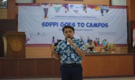 Kepala Seksi Sarana Dan Pelayanan Balmon Kelas I Surabaya Henry Pribadi memberikan paparan pada kegiatan SDPPI goes to Campus di Surabaya (5/9).