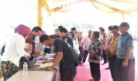 Para Undangan Maritim On The Spot di Kampung Nelayan Karang Song Kabupaten Indramayu sedang mengisi daftar hadir  25/9 2019
