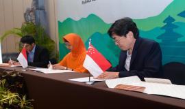 Penandatangan Minutes of Meeting (MoM) oleh perwakilan dari ketiga delegasi yang dihasilkan dari kegiatan 17th Trilateral Meeting Coordinaton Between Indonesia, Singapore and Malaysia di Bali, kamis (10/10).