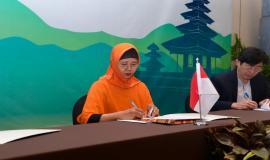 Kepala Subdirektorat Harmonisasi Spektrum Frekuensi Radio Arifah menjadi perwakilan delegasi dari Indonesia yang menandatangani Minutes of Meeting (MoM) yang dihasilkan dari kegiatan 17th Trilateral Meeting Coordinaton Between Indonesia, Singapore and Malaysia di Bali, kamis (10/10).