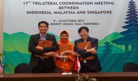 Para perwakilan dari ketiga delegasi berjabat tangan usai menandatangani Minutes of Meeting (MoM) yang dihasilkan dari kegiatan 17th Trilateral Meeting Coordinaton Between Indonesia, Singapore and Malaysia di Bali, kamis (10/10).