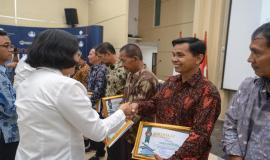 Penyerahan piagam penghargaan kepada para purnabakti oleh Sekretaris Jenderal Kominfo Rosarita Niken Widiastuti pada acara Pelepasan Purnabakti Kominfo di Jakarta (30/9).