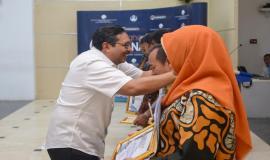 Penyerahan cindera mata kepada para purnabakti oleh Dirjen SDPPI Ismail pada acara Pelepasan Purnabakti Kominfo di Jakarta (30/9).