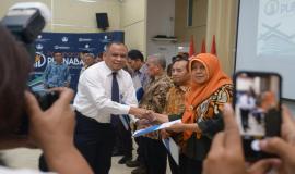 Penyerahan Tunjangan Hari Tua (THT) dan uang pensiun kepada para purnabakti oleh perwakilan PT Taspen Kantor Cabang Utama Jakarta pada acara Pelepasan Purnabakti Kominfo di Jakarta (30/9).