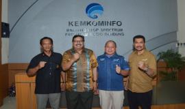 Dirjen SDPPI Ismail foto bersama dengan Azmi Ridho (Kepala Balai Monitor Kelas I DKI Jakarta), Tri Joko (Kepala Balai Monitor Kelas I Tangerang), dan Zainudin Kalla (Kepala Balai Monitor Kelas I Bandung) (26/10).