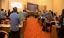 Petugas Drijen bersama Peserta undangan Sosialisasi Pedoman Kearsiapan dan Aplikasi Arsip Elektronik (E-Arsip) menyanyikan lagu Indonesia Raya 30/10/2019