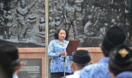 Sekretaris Jenderal Rosarita Niken Widiastuti membacakan amanat pada Upacara Peringatan Hari Pahlawan ke-74 di Kementerian Komunikasi dan Informatika