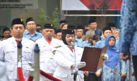 Petugas Upacara membacakan pesan-pesan Pahlawan/kata mutiara pada Upacara Peringatan Hari Pahlawan ke-74