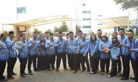 Pejabat dan staff di lingkungan Direktorat Jenderal Sumber Daya dan Perangkat Pos dan Informatika (Ditjen SDPPI) foto bersama seusai Upacara Peringatan Hari Pahlawan ke-74