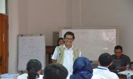 Untung Widodo memberikan arahan kepada peserta mengenai praktek yang akan dilakukan selama Pelatihan Pembentukan Pengendali Frekuensi Radio (21/11).