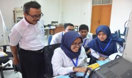 Suasana di ruang praktek Pelatihan Pembentukan Pengendali Frekuensi Radio (21/11).