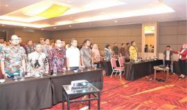 Petugas Drijen bersama Peserta Undangan Workshop Analisis Beban Kerja Tahun 2019 menyanyikan lagu Indonesia Raya  26/11/ 2019