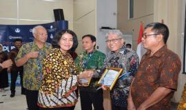 Penyerahan piagam penghargaan kepada para purnabakti oleh Sekjen Kemkominfo Niken pada acara Pelepasan Purnabakti Kominfo di Jakarta (29/11).