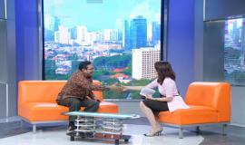 Direktur Jenderal Sumber Daya dan Perangkat Pos dan Informartika (Dirjen SDPPI) Ismail  berjabat tangan dengan Pembawa acara Kompas TV dalam Acara Sosialisasi Penerapan Peraturan IMEI 4/12/20194/12