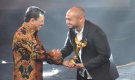 Kabag Perencanaan, Program, dan Pelaporan Aryo Pamoragung saat meraih penghargaan ASN Awards The Future Leader pada acara Malam Anugerah ASN tahun 2019 (2/12).