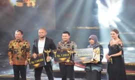 Kabag Perencanaan, Program, dan Pelaporan Aryo Pamoragung bersama dengan peraih ASN Awards The Future Leader (2/12).