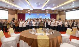 Menkominfo dan Menhub foto bersama dengan peserta kegiatan Pembukaan Pusat Pelayanan Terpadu Ditjen SDPPI tahun 2020 di Gedung Wisma Antara dan Persiapan Zona Integritas Menuju Wilayah Birokrasi Bersih dan Melayani (WBBM) tahun 2020 (14/1).