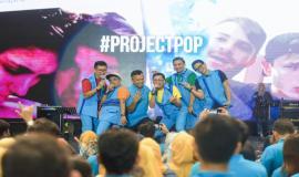 Direktur Penataan Sumber Daya Denny Setiawan tampil bersama dengan Project Pop pada acara Kominfo Connect 2020, di Ecovention Hall Ecopark, Ancol, Jakarta, Kamis (30/01).
