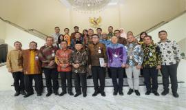 Bapak Wakil Presiden RI dan Menteri Pendayagunaan Aparatur Negara dan Reformasi Birokrasi (PANRB) Tjahjo Kumolo foto bersama dengan aparatur sipil negara (ASN) berprestasi penerima TOP 3 Anugerah ASN 2019 beserta juri di Istana Merdeka, Jakarta (14/01).