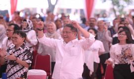Menkominfo Rudiantara berjoget bersama dengan seluruh peserta pada acara Syukuran 5 Tahun bersama Chief RA dan seluruh civitas Kemkominfo di Lapangan Anantakupa, Jakarta (22/10).