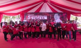 Menkominfo Rudiantara foto bersama dengan Calon Pegawai Negeri Sipil (CPNS) Ditjen SDPPI pada acara Syukuran 5 Tahun bersama Chief RA dan seluruh civitas Kemkominfo di Lapangan Anantakupa, Jakarta (22/10).